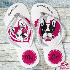 Dogs e com detalhes de fita e strass ❤️ . Peça orçamentos aqui 👇 contato@rosapittanga.com.br www.rosapittanga.com.br #chinelo #chinelospersonalizados #lembrancinhas #casamento #bulldog #rosapittanga