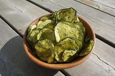 1 grosse courgette, 2 pc de jus de citron, 1 pc d'huile d'olive, 2 pc d'aneth frais, une pincée de sel... hop déshydrateur! Raw Food Recipes, Appetizer Recipes, Great Recipes, Vegetarian Recipes, Healthy Recipes, Healthy Food, Zucchini Chips Recipe, Zucchini Crisps, Dehydrator Recipes