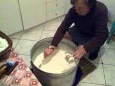 Παραδοσιακή παρασκευή τυριού στην Χρυσαυγή - YouTube