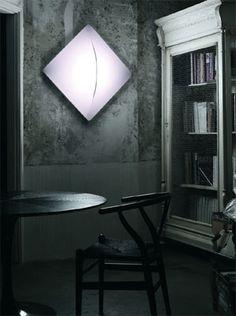 Eine Wandlampe in quadratischer Form ist die Saori Q1 von Nemo. Eine Textilumspannung sorgt für blendfreies Licht.