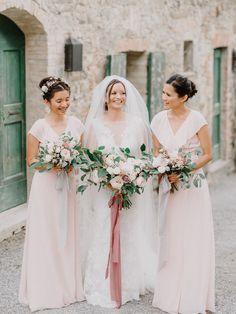 Photography: http://www.gianlucaadovasio.it/   Floral design: http://www.instagram.com/larosacaninafirenze/?hl=en   Wedding dress: http://moniquelhuillier.com   Read More: https://www.stylemepretty.com/2018/01/15/romantic-tuscan-wedding/