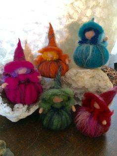 Streghette Waldorf in tutti i colori della lana . Sono soffici e morbide, possono essere un gioco per bambini non più piccoli. Non contengono un telaio. Io uso una tecnica per fare le mie creazioni che mi permette di usare solo lana . La lana è biologica e naturalmente naturale, colorata con colori naturali. I giochi di lana sono semplici , naturali e aiutano lo sviluppo interiore del bambino sviluppando la fantasia. Un regalo perfetto per ogni stagione anche per Halloween .