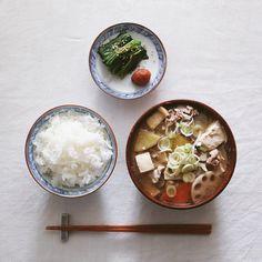 tonjiru soup  .  今朝は具だくさんの豚汁と、  梅干、ほうれん草のおひたし。  .  .  #豚汁 #根菜 #れんこん #ごぼう #さつまいも #まいたけ #豆腐 #ねぎ #にんじん #豚こま #朝ごはん #朝食 #朝定食 #新米 #梅干 #ほうれん草 #おうちごはん#japanesebreakfast #breakfast #gohan #tonjiru #tonjirusoup