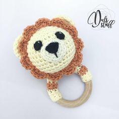 Sonaja de león en crochet, sonajero de león crochet, mordedera de león, mordedera de madera, crochet con madera de DulsStuff en Etsy