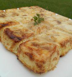 Un gratin de pommes de terre râpées très fondant aux oignons et au fromage...