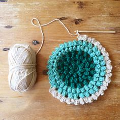 dottie angel: things to note on a monday. I really want to learn to crochet. Beau Crochet, Crochet Diy, Crochet Round, Crochet Home, Love Crochet, Beautiful Crochet, Crochet Crafts, Yarn Crafts, Crochet Flowers