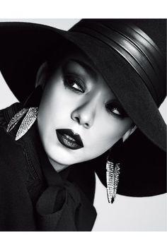Sweet on You 定番の引き菓子にはひねりの効いた選択を! Good Poses, Vogue Japan, Japanese Models, Aesthetic Makeup, Classic Beauty, Hottest Models, Fashion Photo, Amazing Women, Cool Girl