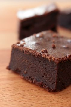 Chipotle Cacao Raw Brownies - Rawmazing Raw and Cooked Vegan Recipes Kakao Brownies, Raw Brownies, Cocoa Brownies, Raspberry Brownies, Healthy Dessert Recipes, Raw Food Recipes, Easy Desserts, Sweet Recipes, Healthy Baking