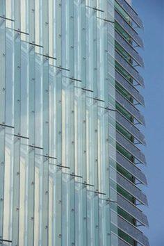 Gläserne Doppelfassade, daneben Photovoltaik-Module vor dem Treppenhaus