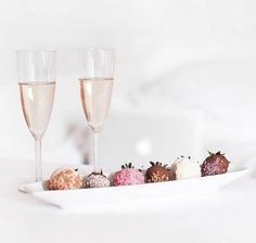 Pink champagne and chocolate covered strawberries. Fruit Drinks, Wine Drinks, Beverages, Strawberry Dip, Chocolate Covered Strawberries, Pink Champagne, Non Alcoholic, Valentines Diy, Sweet Life