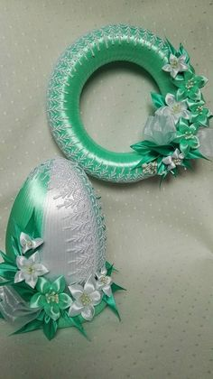 Green and white wreath Diy Lace Ribbon Flowers, Ribbon Art, Diy Ribbon, Ribbon Crafts, Easter Projects, Easter Crafts, Handmade Christmas, Christmas Crafts, Thali Decoration Ideas