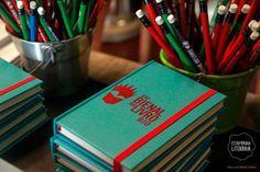 A Bienal do Livro do Rio de Janeiro é um dos eventos que a Estamparia Literária mais gosta! De 29 de agosto a 8 de setembro o Riocentro recebe todas as editoras do Brasil, como se fosse uma grande livraria que ocupa 3 pavilhões. Hoje foi a coletiva de imprensa, e nós, como fãs, marcamos nossa presença criando com exclusividade as cadernetas que foram entregues aos jornalistas.