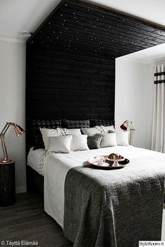 makuuhuone,asuntomessut,sänky,kupari,yöpöytä,yöpöydän valaisin,petaus,lakanat,sÄngynpÄÄty,valaistus,koriste-esineet,harmaa,musta