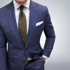 Creative styling with a blue suit and olive green tie. Green Dress Casual, Olive Green Dresses, Mens Fashion Suits, Mens Suits, Suit Men, Women's Fashion, Sharp Dressed Man, Get Dressed, Costumes Bleus