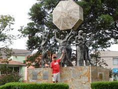034 - Em Nova Petrópolis, em frente ao monumento do Cooperativismo que comemora Centenário da Cooperativa de Crédito Rural na América Latina.