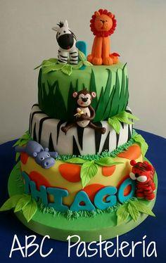 Torta animales de la selva Jungle Birthday Cakes, Jungle Theme Cakes, 1st Birthday Themes, Wild One Birthday Party, Safari Birthday Party, First Birthday Photos, Baby Boy Birthday, First Birthday Parties, First Birthdays