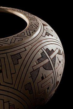Los trabajos están fabricados en materias primas como la piel, el papel, los textiles, las fibras vegetales, entre otras. Están hechos en técnicas de cerámica, madera, metalistería y orfebrería. Algunos de ellos suponen la conservación o el rescate de técnicas antiguas.