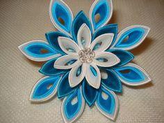 Las flores se hacen en la técnica de tsumami kanzashi. La flor está hecha de Satén. Centro de mesa es una perla con tapón flor plata. Estas flores