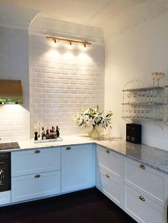 Ideas for a beautiful dark minimalist kitchen, contrasting with clean, pure white walls, shiny stainless steel.