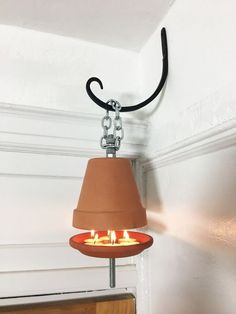 Terra Cotta Space Heater 2019 Stick a metal rod through a terra cotta pot (super useful wall idea!) The post Terra Cotta Space Heater 2019 appeared first on Metal Diy. Diy Hacks, Home Hacks, Large Terracotta Pots, Diy Heater, Luminaire Original, Licht Box, Garage Sale Finds, Clay Pot Crafts, Camping Outfits