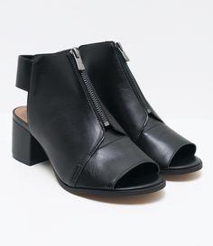 Sapato feminino  Material: sintético  Marca: Satinato     COLEÇÃO VERÃO 2017     Veja outras opções de    sapatos femininos.        Sobre a marca Satinato     A Satinato possui uma coleção de sapatos, bolsas e acessórios cheios de tendências de moda. 90% dos seus produtos são em couro. A principal característica dos Sapatos Santinato são o conforto, moda e qualidade! Com diferentes opções e estilos de sapatos, bolsas e acessórios. A Satinato também oferece para as mulheres tudo que há de…
