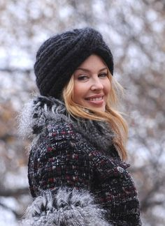 Kylie Minogue keeps her head warm in icy temperatures with a thick knitted hat in turban look. Celebrity Film, Celebrity Portraits, Hair Scarf Styles, Crochet Hair Styles, Winter Trends, Knitted Headband, Knitted Hats, Lovely Dresses, Beautiful Outfits