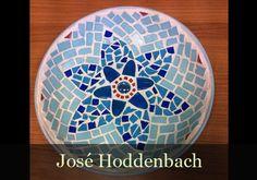 Deze is gemaakt door José Hoddenbach. http://www.mozaiektegeltjes-enzo.nl/c-2852680/jose-hoddenbach/