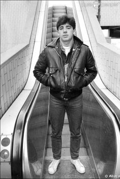 """En 1982, c'est le début de la célébrité pour Patrick Bruel, qui adopte le look """"rocker"""" et le regard effronté."""