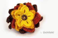 Broche Flor Crochet 4 colores. By Uchiloki $6 (euros). Flor realizada en lana combinando 4 colores con botón.Medidas aprox:8cmX8cm. Más información y encargos en uchiloki@gmail.com