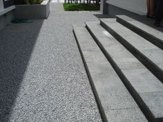 The stairs are Lavastone from Vietnam and the gravel is Grigio Cenere from Italy. Under the gravel are Nidagravel mats to ensure stability when walking or riding over the gravel.