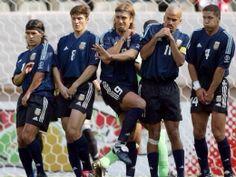 Ariel Ortega, Javier Zanetti, Gabriel Batistuta, Juan Sebastián Veron y Diego Simeone se protegen en una barrera. Argentina-Nigeria, Copa del Mundo 2002.