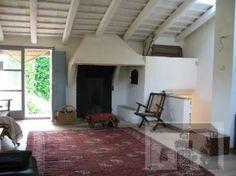Vigas blancas, chimenea, alfombra y color puertas Fireplace, Decor, Home Decor