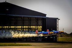 Paul Bonhomme e Steve Jones atravessam um hangar a quase 300 km/h no Red Bull Barnstorming; veja!