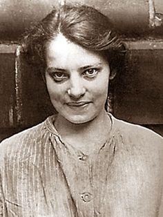 Anna Anderson, the wrong Anastasia- Franziska Schanzkowska en 1916. dite Anastasia Manahan, plus connue sous le nom d'Anna Anderson (date de naissance inconnue (16 décembre 1896– 12 février 1984) est une femme qui a voulu se faire passer pour la Grande-Duchesse Anastasia, la plus jeune fille du dernier Tsar de Russie, Nicolas II et de la tsarine Alexandra Feodorovna née le 18 juin 1901.