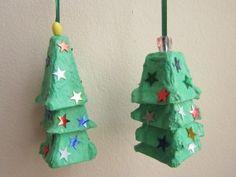Kerstboompjes van stukjes eierdoos. Lekker groen verven en versieren maar!