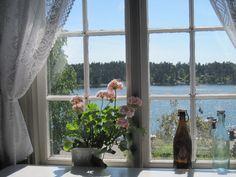 Amé las ventanas con el alfeizar y colocaba faroles y velas para la larga noche de invierno sueco.