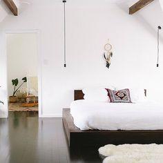 DIY bed frame – creative ideas for original bedroom furniture Modern Bedroom Decor, Home Bedroom, Bedroom Furniture, Bedroom Ideas, Furniture Design, Bedroom Interiors, Cabin Furniture, Western Furniture, Furniture Ideas
