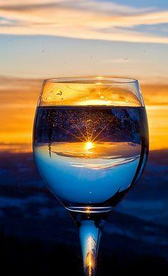 Dit glas is het middelpunt van deze foto, maar ook de zon in de glas is een middelpunt. Er zitten dus twee middelpunten in het glas, net zoals de afbeelding met het sleutelgat en het konijn.