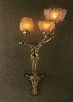 Antonin Daum et Louis Majorelle : Applique Magnolias. Applique-flambeau à trois bras, bronze doré et ciselé, verre doublé moulé et ciselé. 1903.