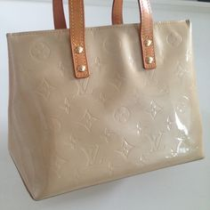 LV Vernis Reade PM tote - PRICE FIRM Cute tote. Gently used. Honey patina handle with gold tone hardware. Interior has 1 zippered pocket. No stains on inside. One top pinched corner is undone. Other top corner has slight scuff. Bottom edges have small stain but no scuffs. Pls see detailed pictures. Selling this piece for my mom. She purchased in Rome. Authenticity code: MI0012 All sales final Trades PayPal. Louis Vuitton Bags Totes