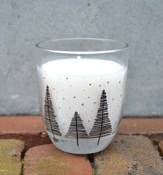 Gebruik de edding paintmarker op glas en verander zo gemakkelijk een glas in een Kerst decoratie Christmas Mood, Christmas Crafts, Christmas Decorations, Xmas, Marker, Garden Living, Diy Presents, Candlesticks, Candle Holders