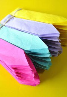 Pompones de papel seda en una paleta de color vibrante! #pompom #partydecor #soylunaparty