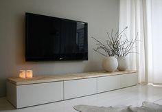 Kleur muur + witte meubels met hout + aqua accenten en zwarte lijst + print