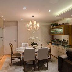 """""""Sala de jantar com mesa saarinen e cadeiras medalhão nas pontas!! Móvel cristaleira em lâmina de madeira + laca  #boatarde #instaarch #instadecor…"""""""