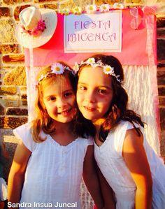 Con un vestido blanco y diadema de flores: ideales y guapísimas para una fiesta de blanco!