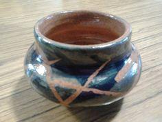 Un cositero en el torno, reserva con cinta y pintado con engobe cobalto y óxido de cobre.