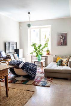 """Pipsa Hurmerinta haaveili täydellisestä keittiöstä 8 vuotta – Pipsa sai napakan neuvon suunnittelijalta: """"Ette ole valkoisen keittiön tyyppejä, valitkaa sininen"""" - Deko Decoration, Caravan, Kids Rugs, Living Room, Instagram, Home Decor, Deco, Decor, Decoration Home"""