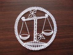 Znamení zvěrokruhu - váhy Váhy jsou paličkovaná krajka z bílé kordonetky vhodné k zarámování nebo do pasparty, průměr 13 cm. Možná je i béžová varianta. Bobbin Lace Patterns, Lacemaking, Lace Heart, Lace Jewelry, Crochet Art, Lace Detail, Zodiac Signs, Tatting, Diy And Crafts