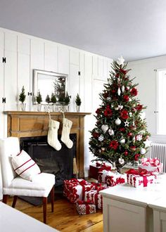 Traditional country Christmas decor | via www.countryhome.com