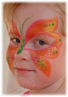 Kinderschminken: kleines Mädchen geschminkt als Schmetterling